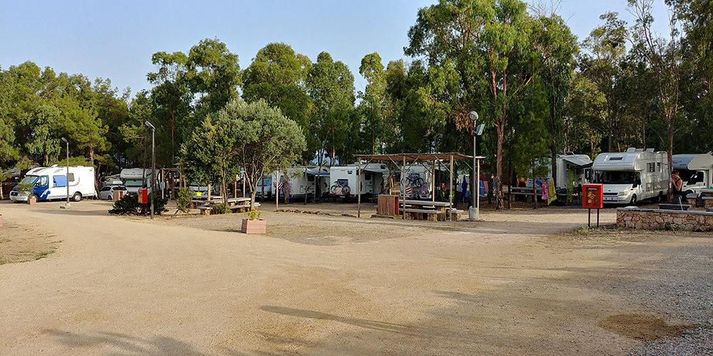 bellavista-camper-service-porto-corallo-villaputzu-sardegna-piazzole-ombreggiate-tavoli-picnic.jpg